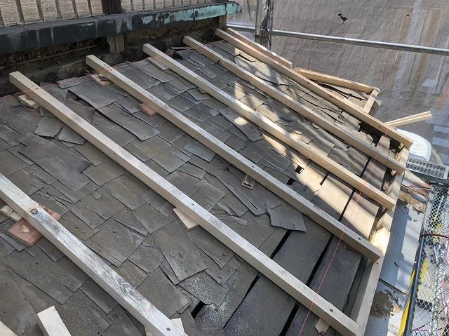 奈良市の雨漏り修理で下屋根の不陸調整をしている様子