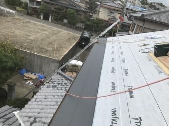 最終工程の屋根材設置と家周辺