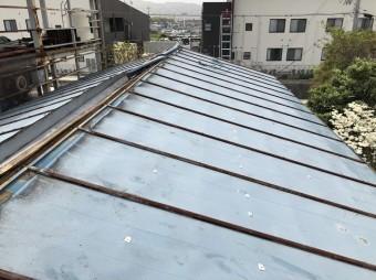 棟カバーを外していく屋根