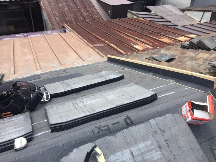 屋根材を張る準備中