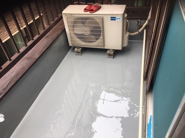 奈良市のベランダの防水工事でアクリル防水の2層目完了