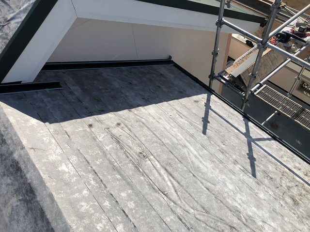 天理市で施工中のカバー工法の屋根に防水紙を設置