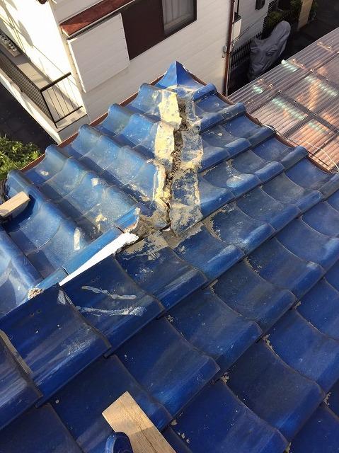 王寺町の釉薬瓦屋根の隅棟の棟瓦撤去