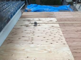 奈良市の瓦屋根に新しい野地板貼り