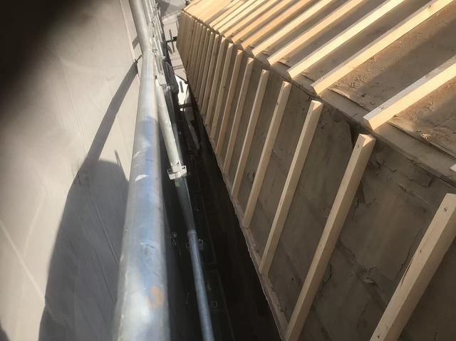 斑鳩町で急勾配屋根の不陸調整作業
