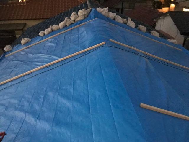 奈良市 長屋の釉薬瓦屋根 雨養生