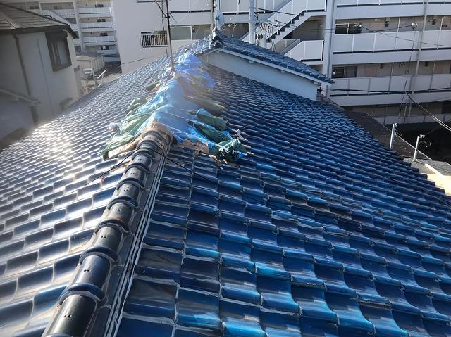 奈良市の長屋の雨漏りの青色釉薬瓦屋根