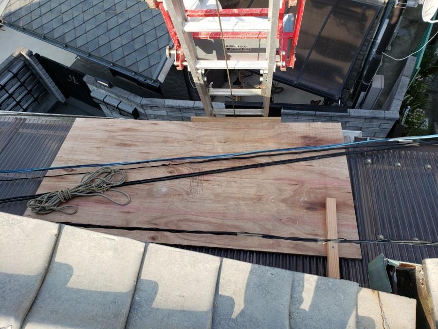 大阪市内の住宅で漆喰詰め直し工事でベランダ屋根の補強