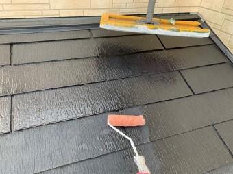 下塗り塗装中の屋根
