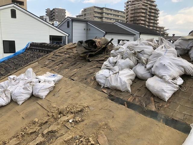 大量の葺き土を撤去している屋根の様子