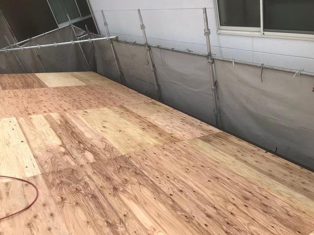 生駒市でもう片方の屋根面の増し張り作業