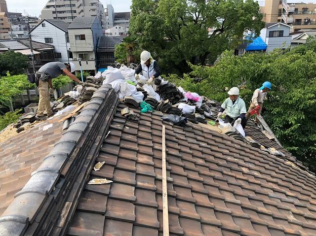 奈良市の長屋で瓦の撤去作業