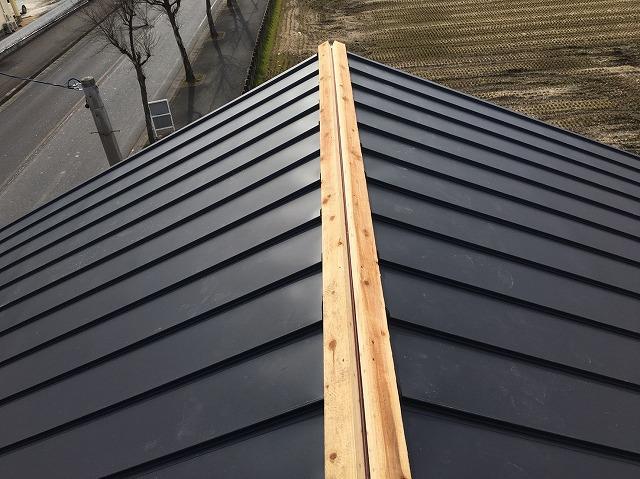 香芝市の立平葺きの大棟に貫板を設置