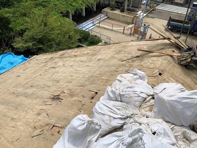 奈良市の葺き替え工事で葺き土を撤去