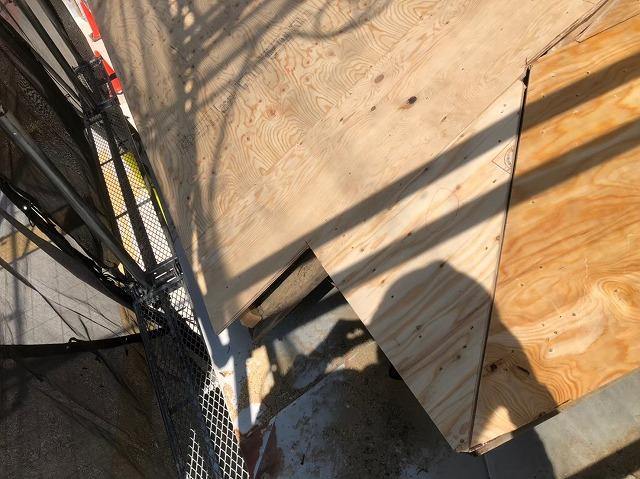 奈良市の屋根葺き替え工事で下屋の野地板