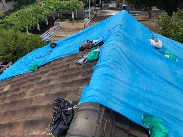 奈良市の燻し瓦の長屋に雨漏りの応急処置をした様子