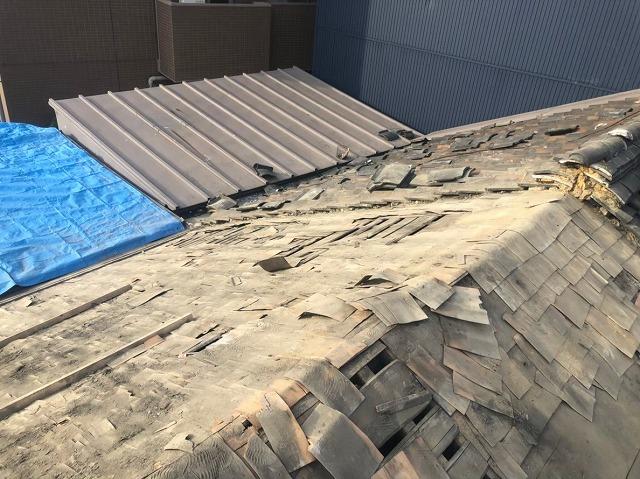 撤去後下葺き材の杉皮出現