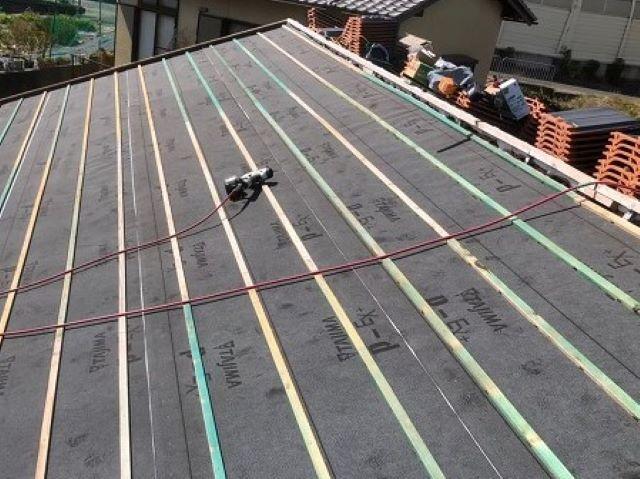 香芝市の屋根下地に防水紙と瓦桟木設置
