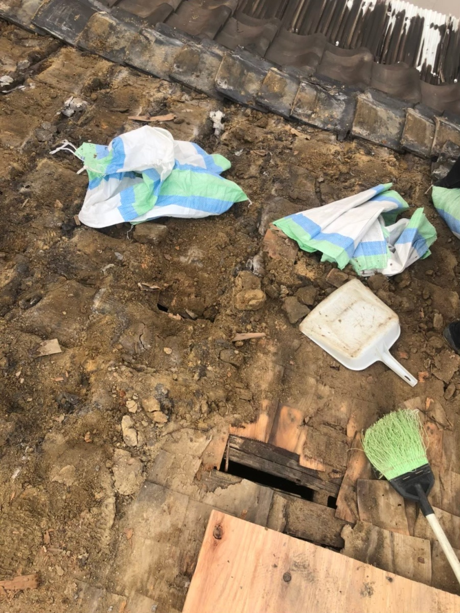 奈良市で粘土瓦の撤去の様子