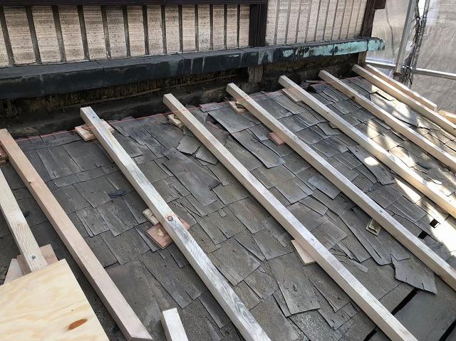 奈良市の屋根葺き替え工事で下屋根の不陸調整をしている様子