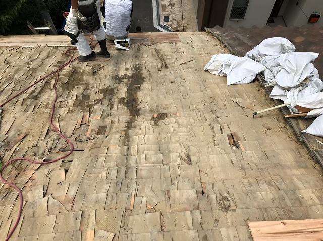奈良市の雨漏り修理で葺き土を撤去する様子