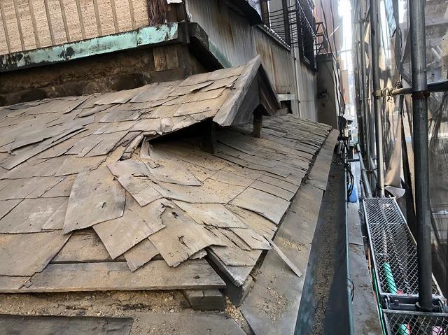 奈良市の屋根葺き替え工事での下屋根の古い野地板