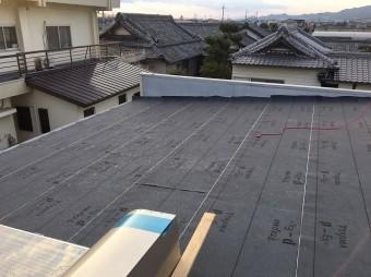 防水紙を設置した屋根