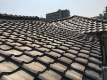 最上部に位置する切り妻式屋根の歪み
