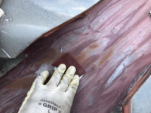 橿原市の下屋根の谷板金の塗装前、ケレン
