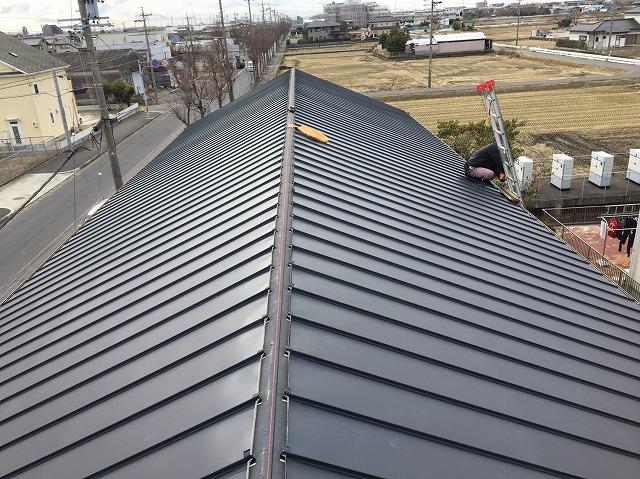 香芝市の切妻屋根に立平葺きガルバリウムを設置