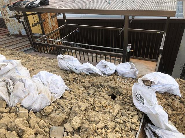 大量の葺き土を撤去している屋根