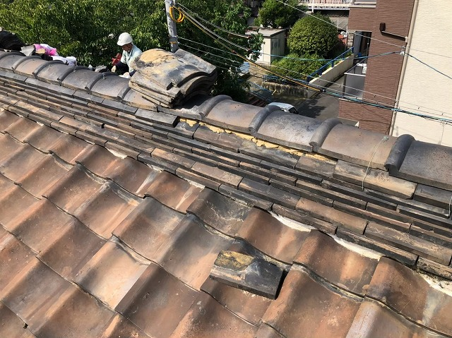 奈良市の葺き替え工事で瓦の撤去をしている様子