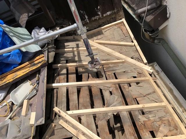 王寺町の下屋根不陸調整作業中
