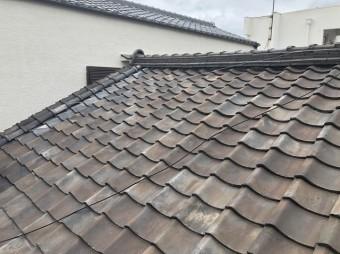 老朽化した粘土瓦屋根の様子
