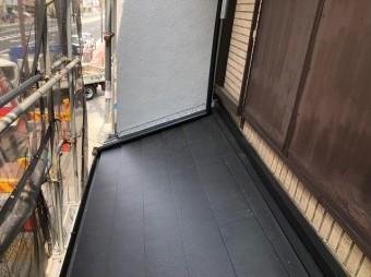 奈良市の屋根葺き替え工事で下屋根部分が完成したところ