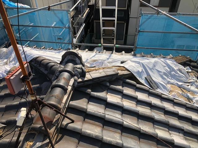 瓦屋根をシートで応急処置