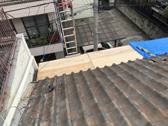 梯子をかけるために屋根を養生