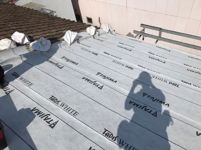 奈良市の葺き替え工事でルーフィングを敷いている様子