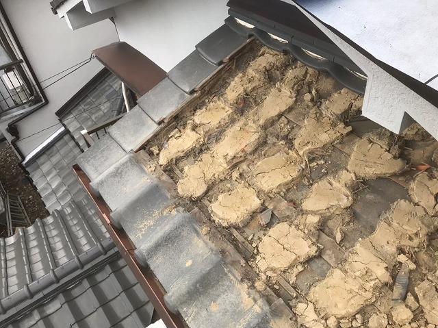 下屋の瓦と葺き土撤去