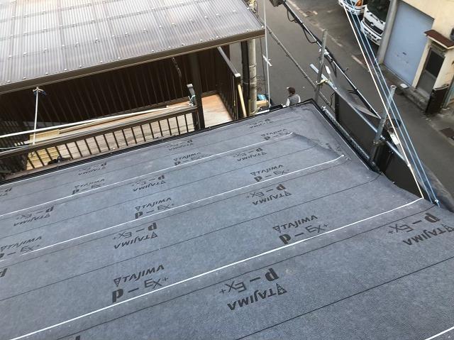 奈良市の屋根葺き替え工事で防水紙を設置