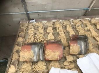 瓦の撤去と波打つ葺き土