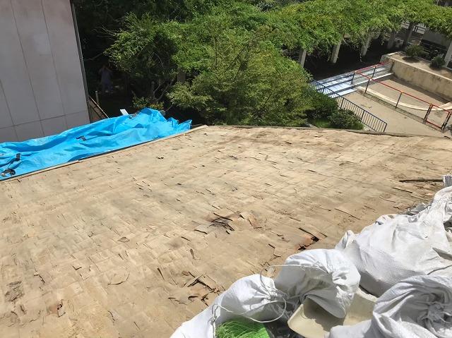 奈良市の葺き替え工事のバラ板でできた野地板
