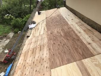 下屋根に野地板を設置