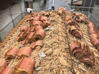 斑鳩町でS形瓦の解体作業