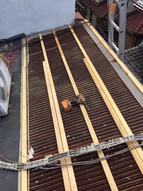 トタン屋根の不陸調整