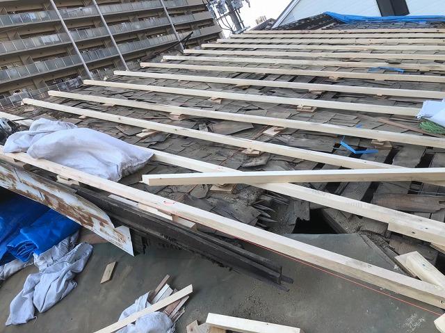 奈良市の雨漏り工事での補強垂木の設置