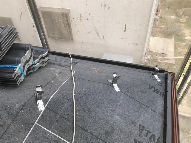 下屋に棟補強金具を設置