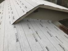 防水紙と棟違いの屋根