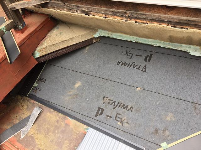 下屋根に防水紙を張ります