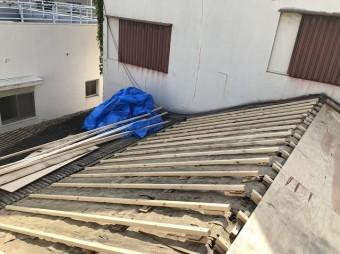 屋根のかさ上げをしている様子
